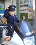 白バイに乗る警察服の子ども