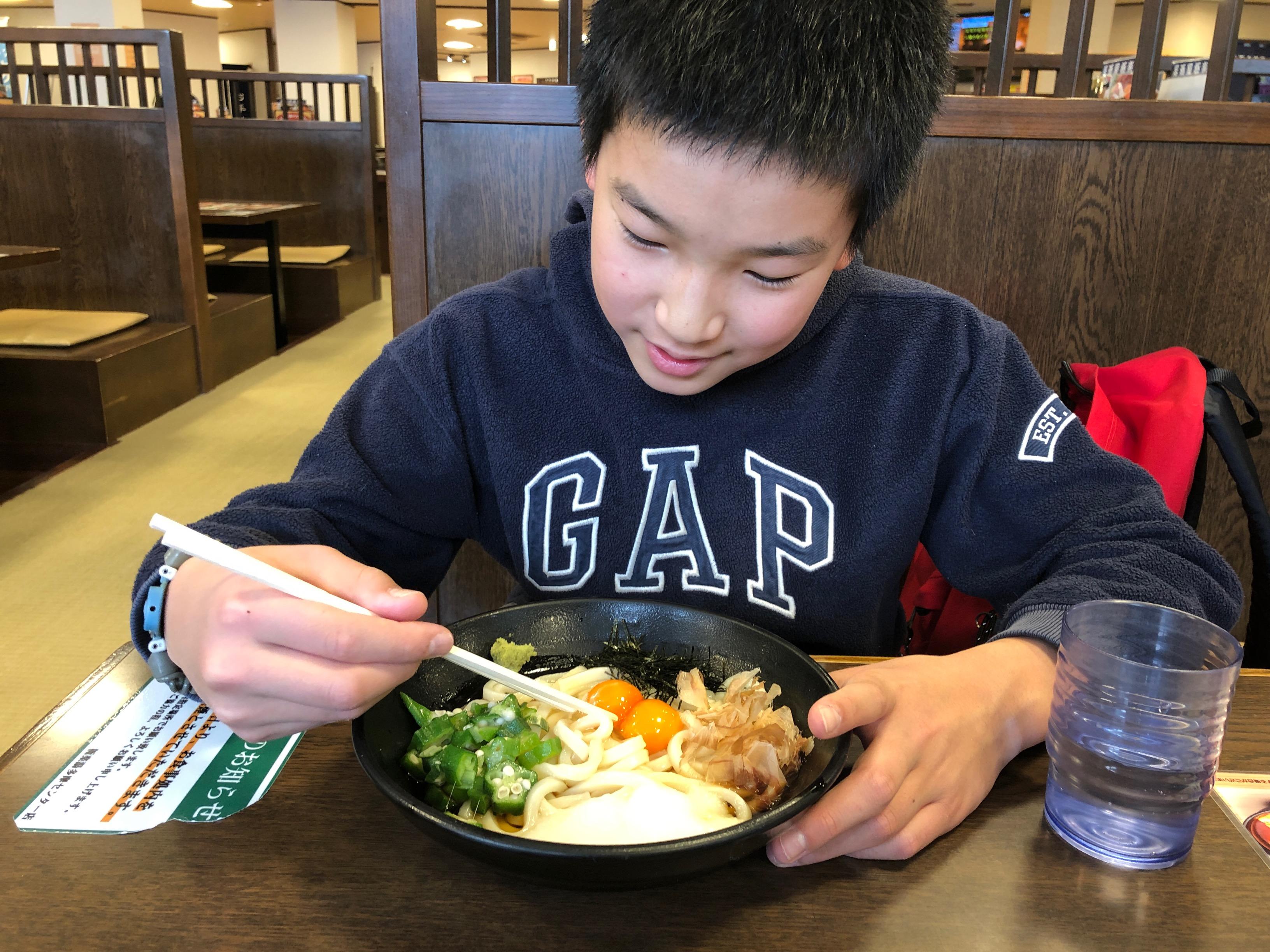 銭湯で食事をする子ども