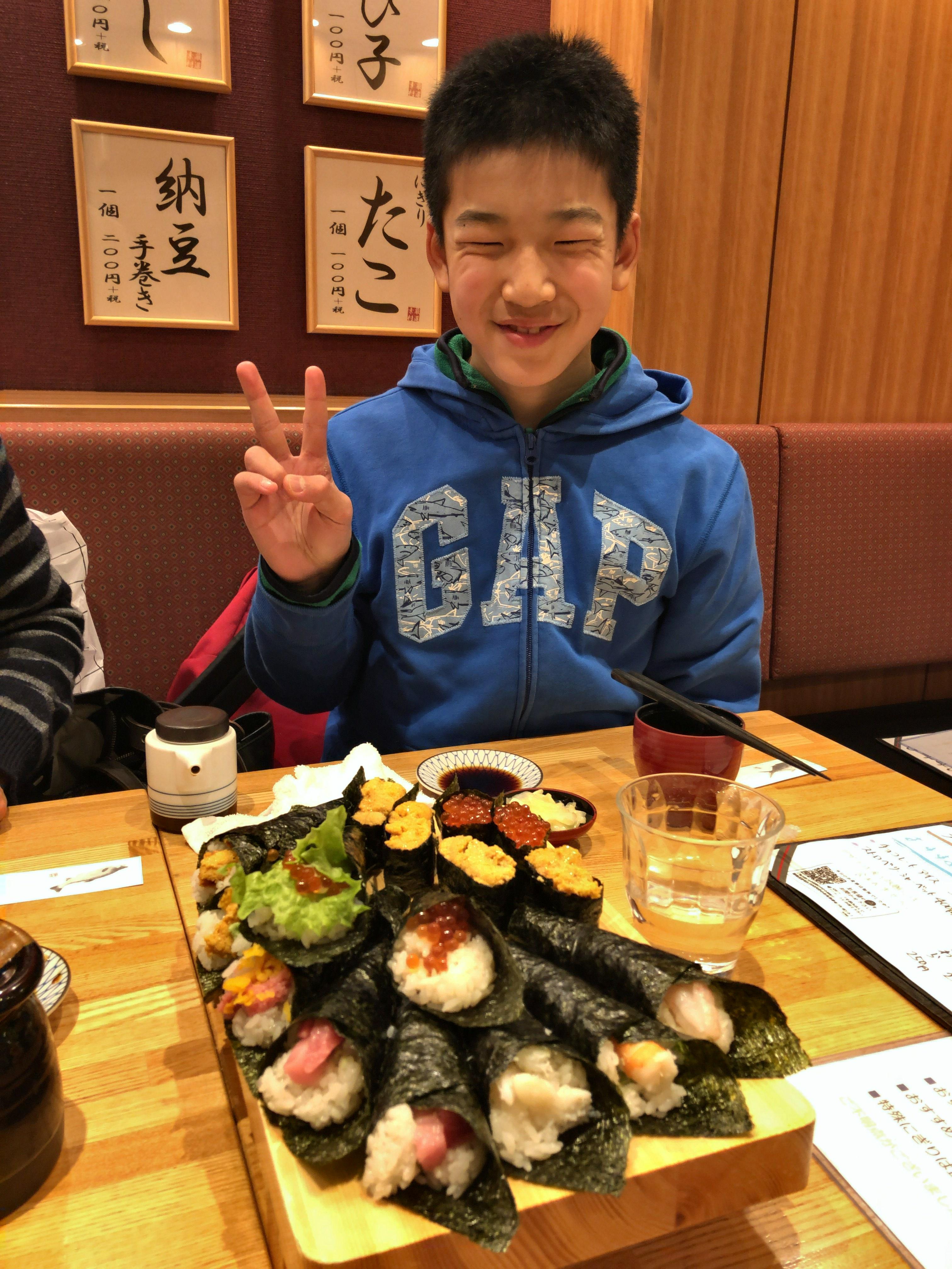 寿司と笑顔の子ども