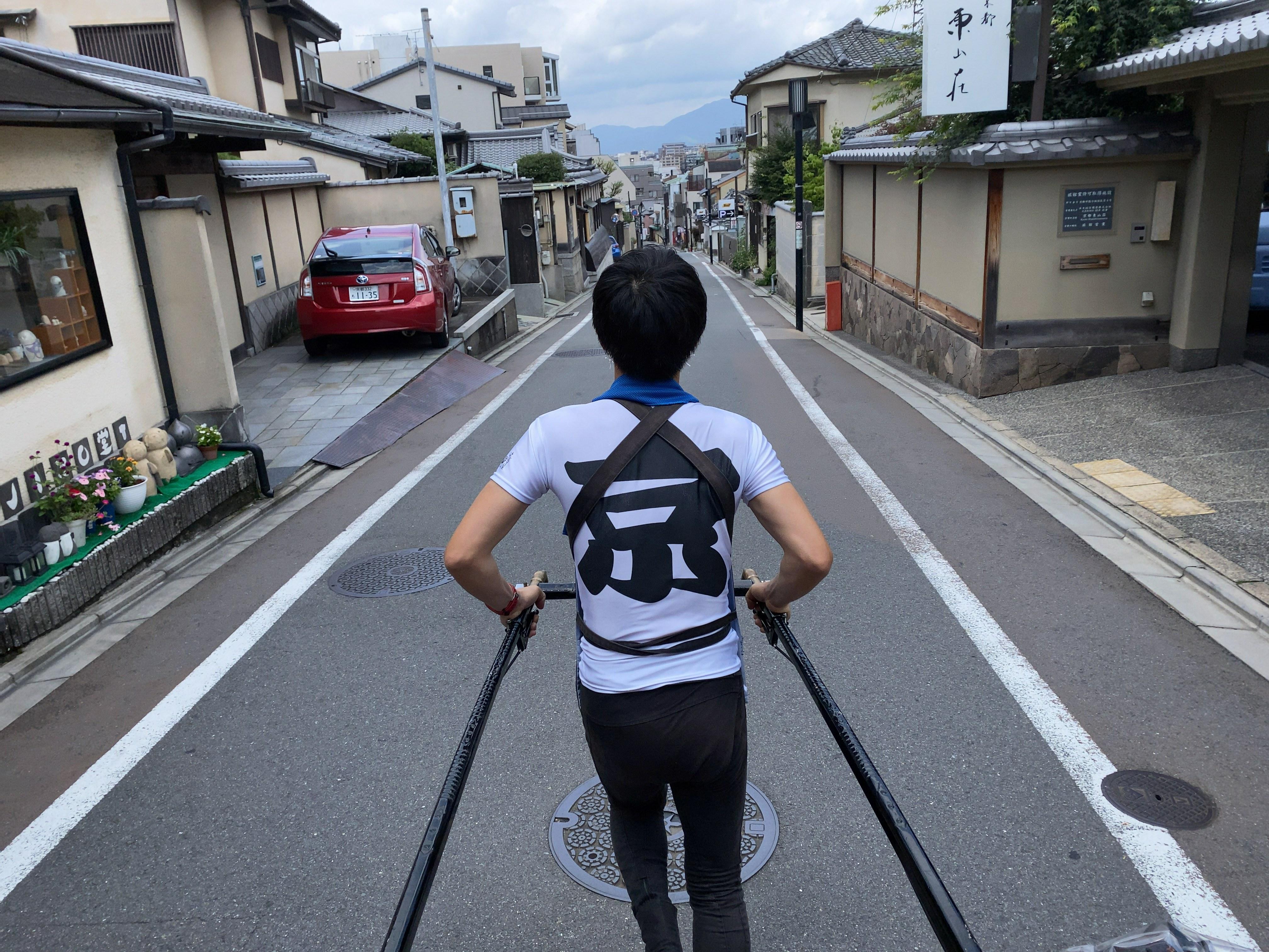 人力車を引く男性