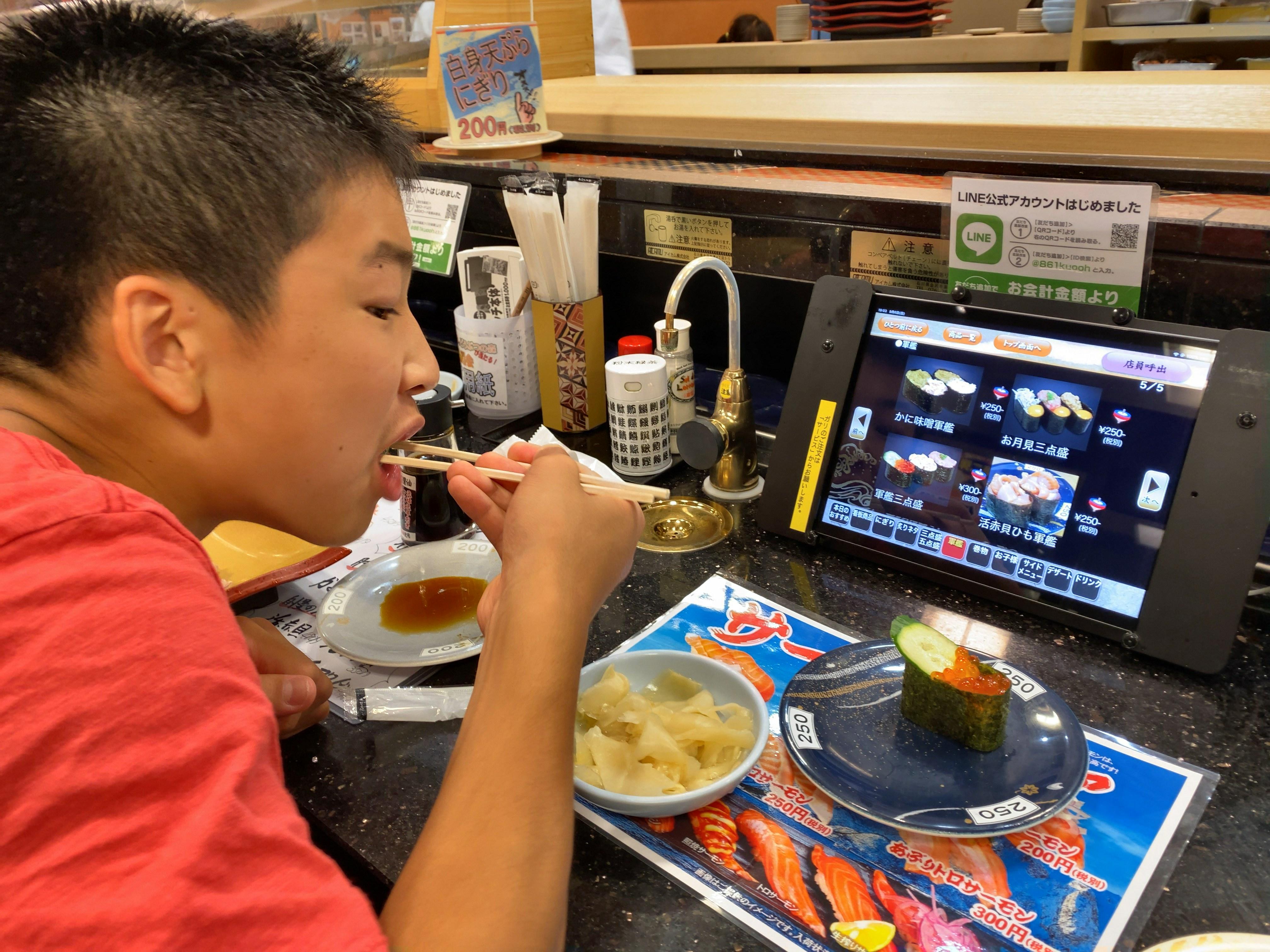 寿司を食べる子ども