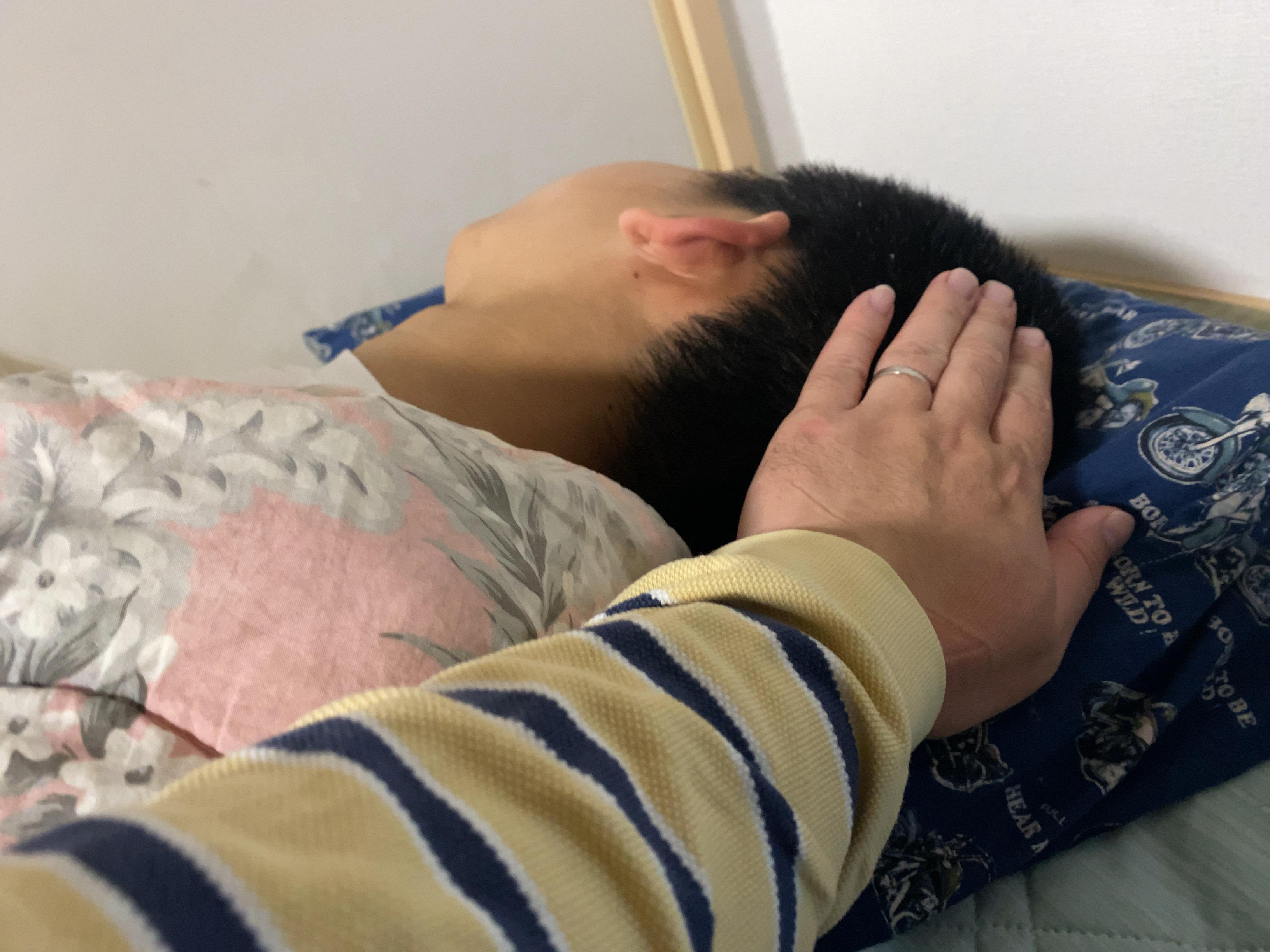 子供を寝かしつける父親